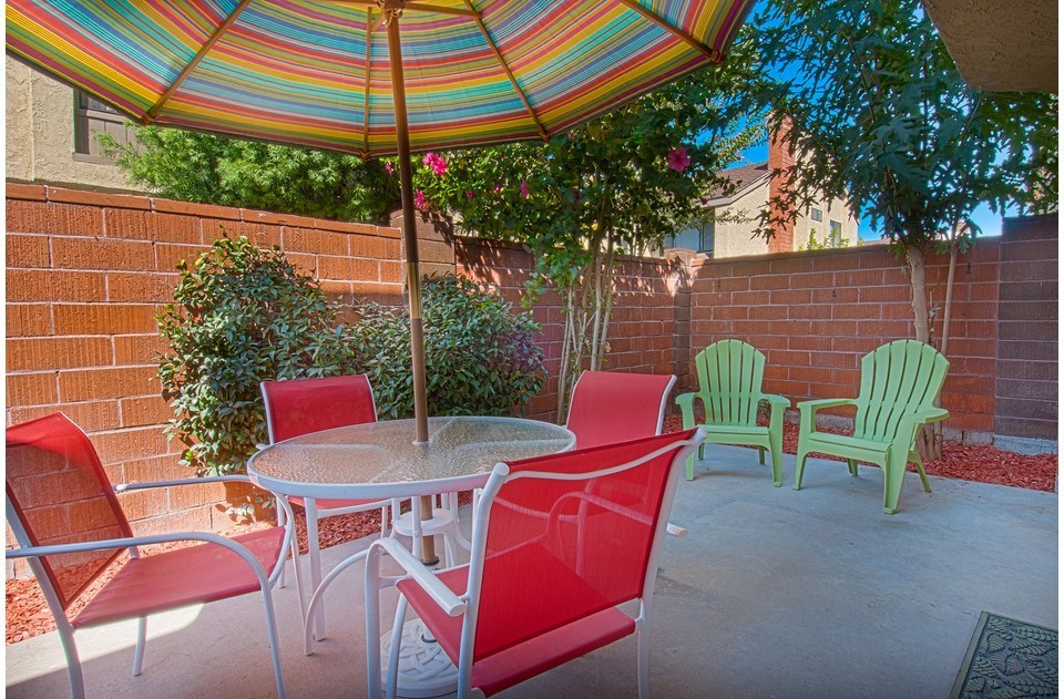 Outdoor dining, seating and gas BBQ; perfect for a beautiful California day!