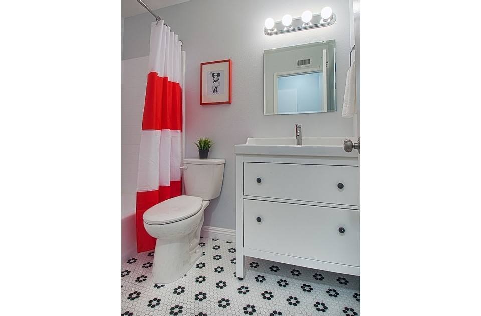 Minnie inspired upstairs bathroom! Hairdryer, shampoo and conditioner included!