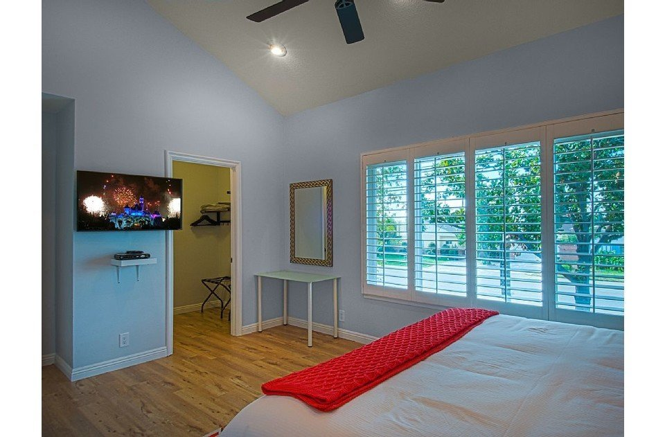 Ultra comfy mattress and linens. TV with ATT Uverse. New window. A real retreat.